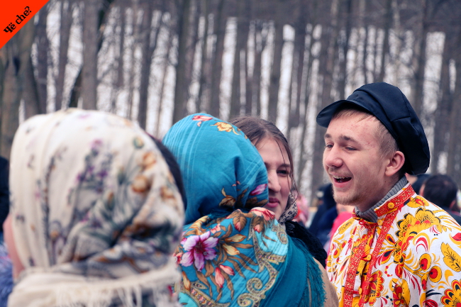 Gente charlando en Maslenitsa
