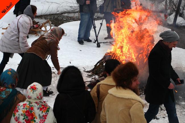 Gente en la hoguera en Maslenitsa