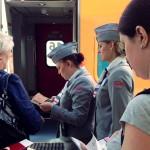 Subiendo al vagón de un tren «Strizh» (Moscú)