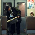 Abuelo toca y canta en el tren