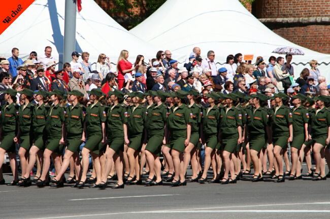 Día de la Victoria   Mujeres militares marchando