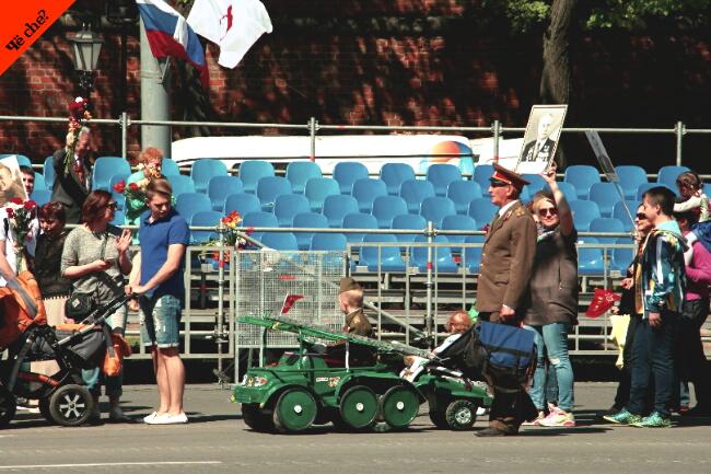 Día de la Victoria   Niño en tanque