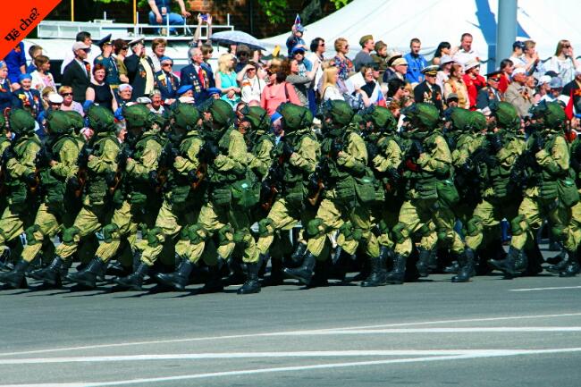 Día de la Victoria   Soldados marchando